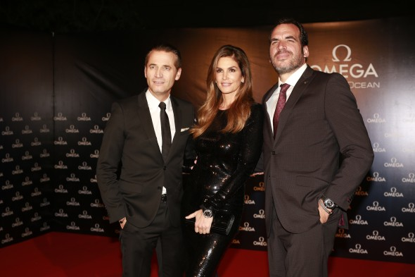 629-11_cindy_crawford_lights_up_lima_at_two_very_special_omega_events_d