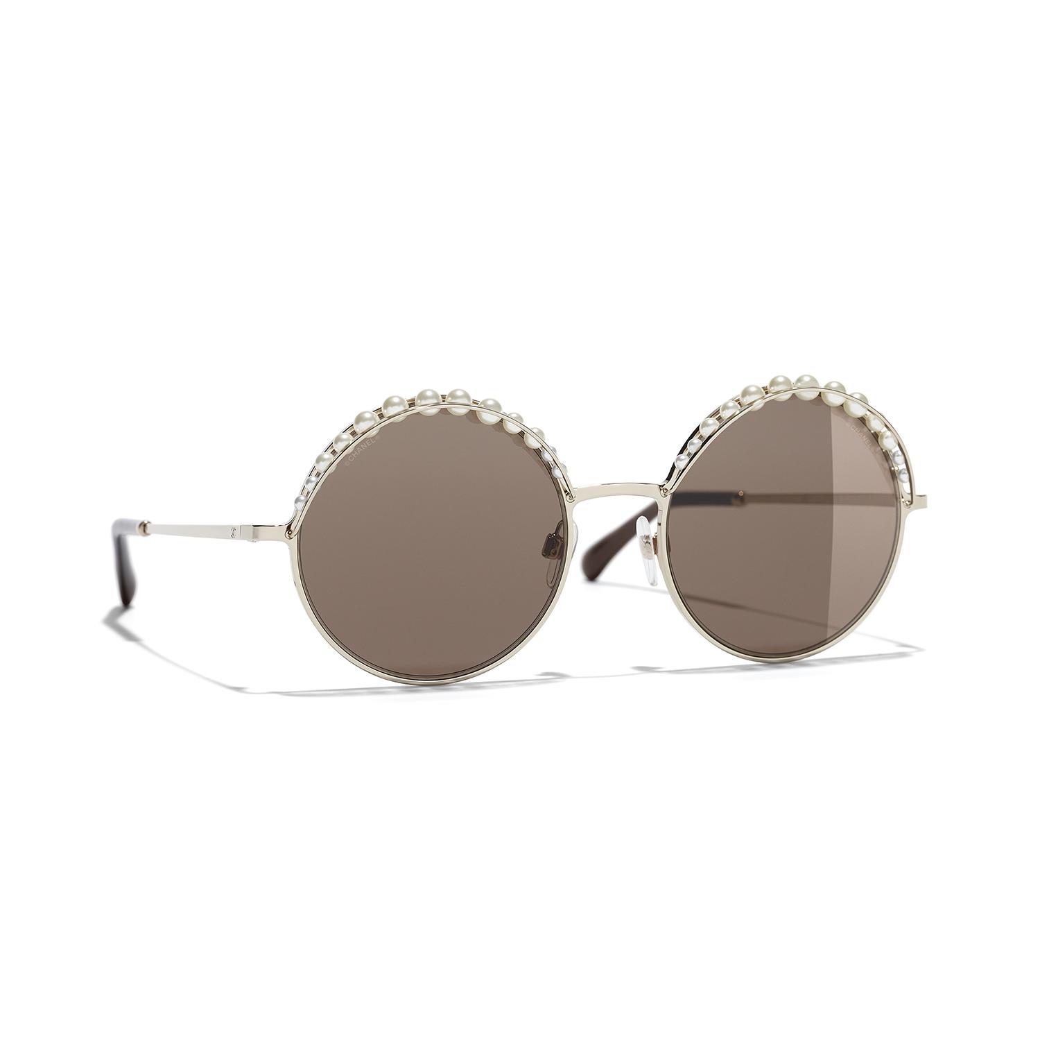 980ac25251 Intrínseca a la historia de CHANEL, la perla es un elemento recurrente en  las colecciones de gafas de la casa. Esta temporada, se presta a nuevas  fantasías.